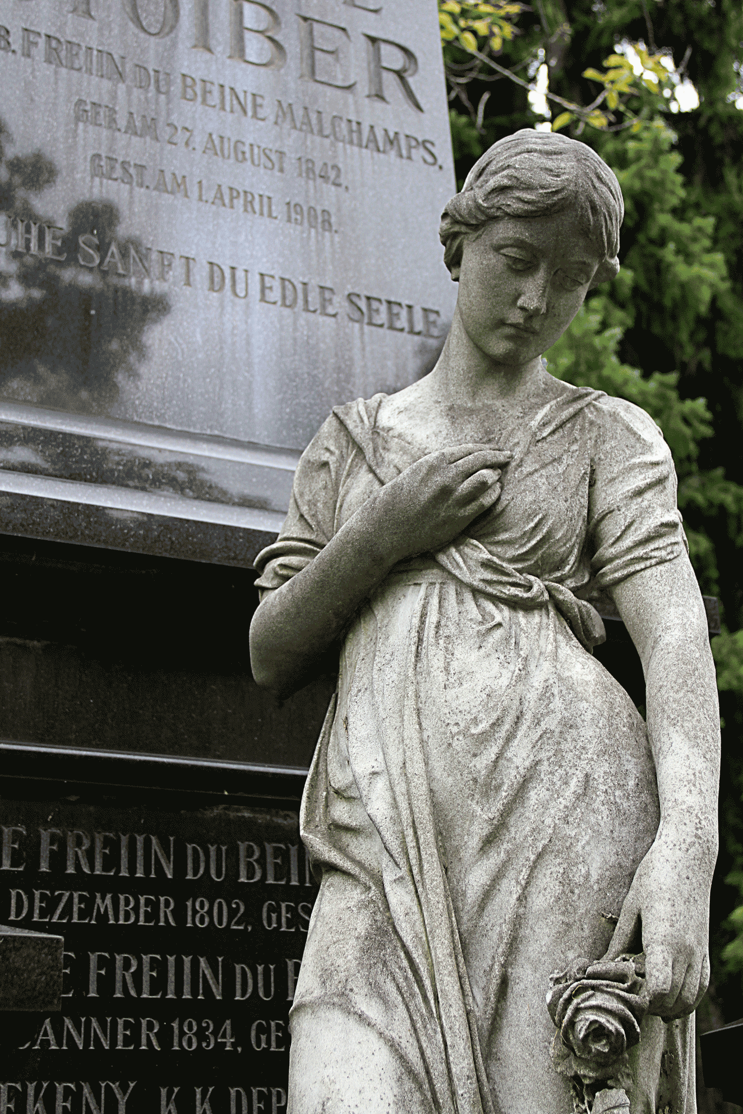 Mourning wife/female statue in Vienna